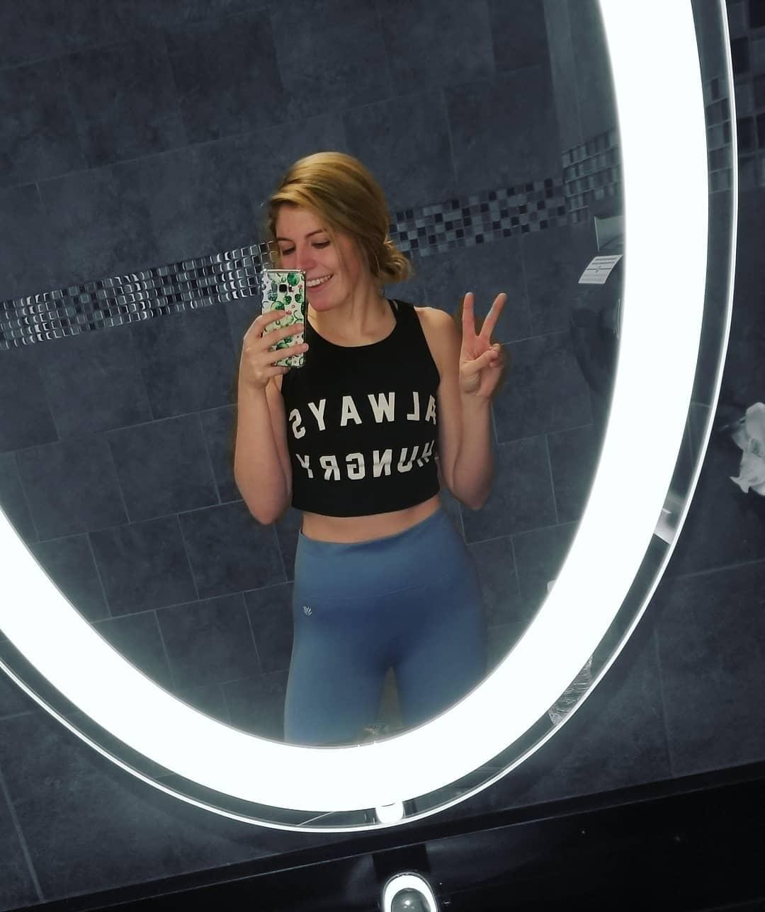 pretty princess publishing her gym diary with some sexy selfies picture 3