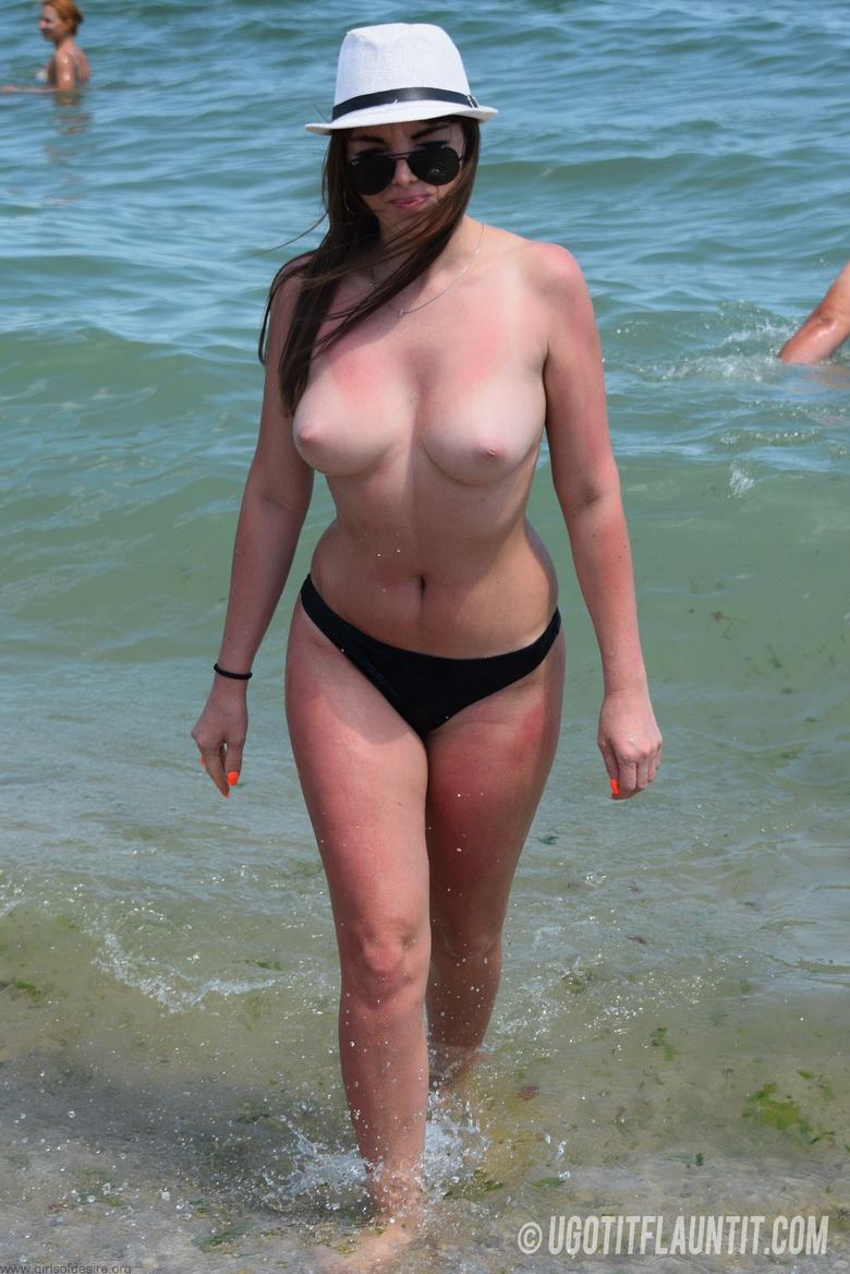 Lori topless on the beach in 15 photos from U Got It! Flaunt It! photo 14