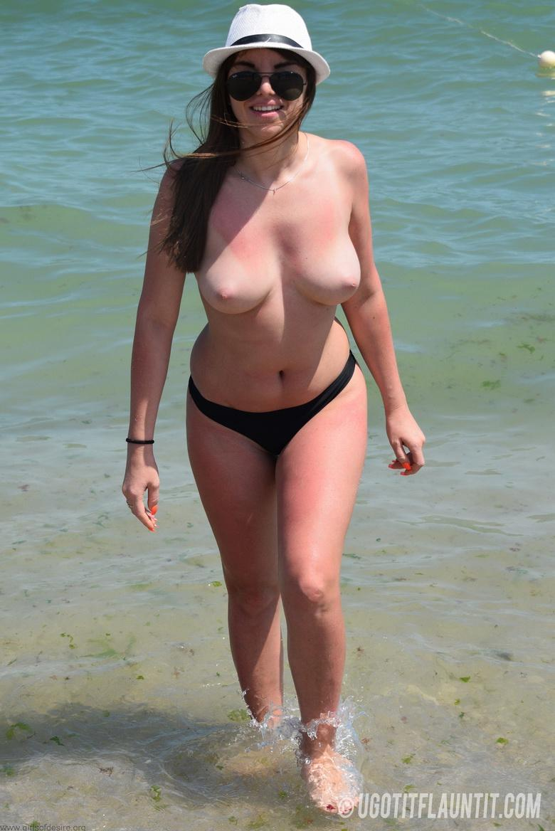 Lori topless on the beach in 15 photos from U Got It! Flaunt It! photo 11