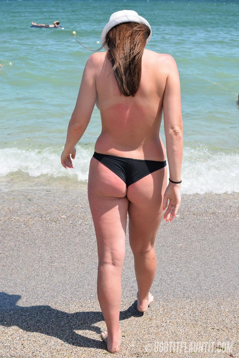 Lori topless on the beach in 15 photos from U Got It! Flaunt It! photo 6