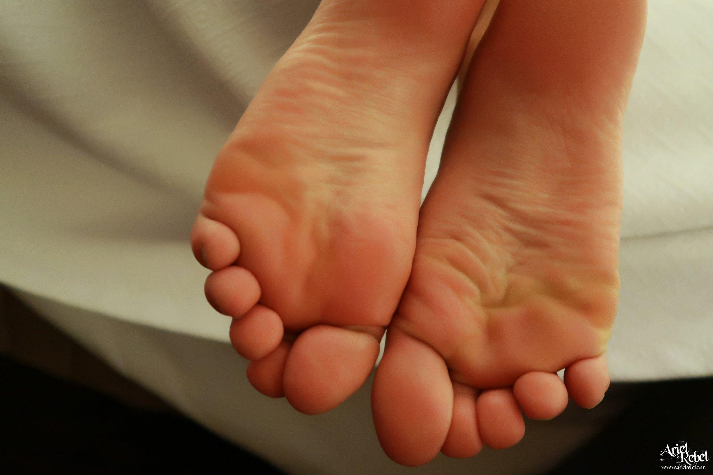 Ariel Rebel Hotel Footsies | Coed Cherry photo 5