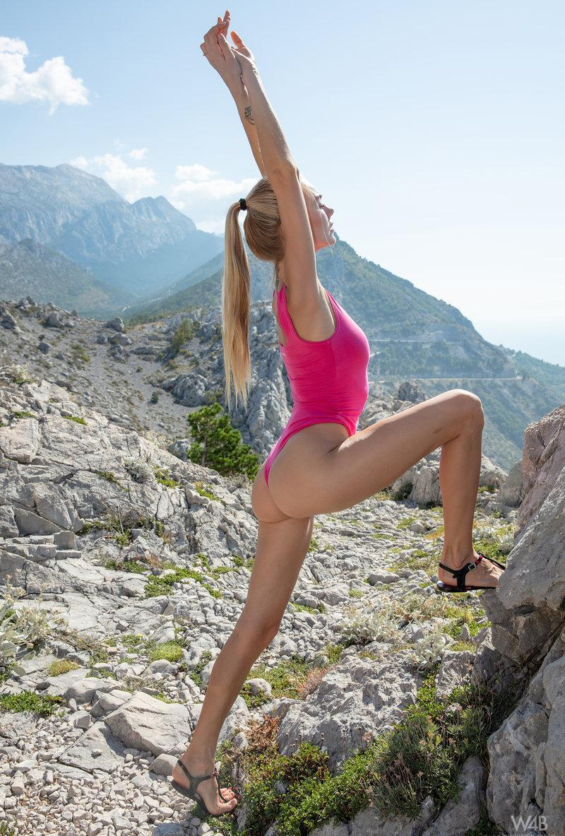 skinny chick doing outdoor selfies in athletic pose picture 2