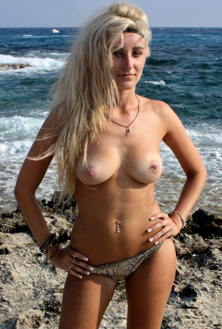 blonde hippie girl flashing her tits even in deepest winter picture 2