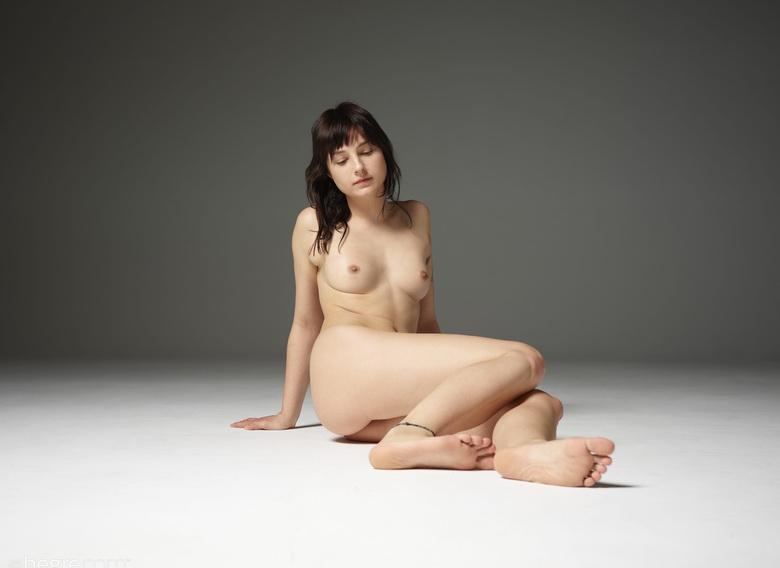 18 years old gets support by professionel when doing first nude shots picture 2